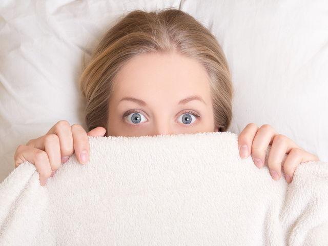 porque las personas duermen con los ojos medio abiertos