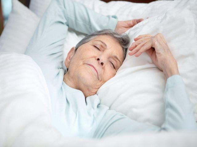 Porque las personas mayores duermen menos