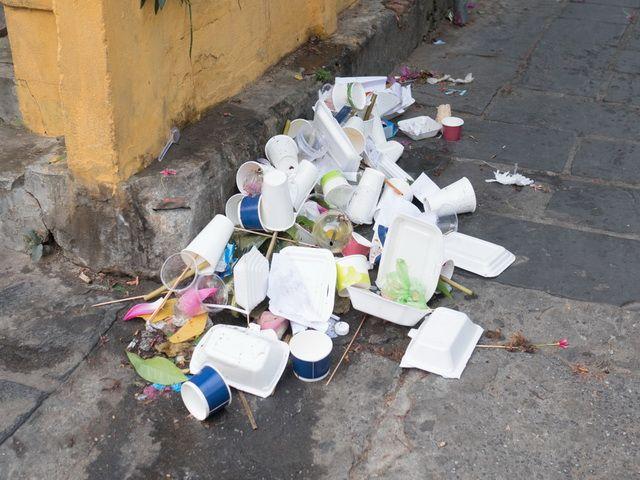 Porque las personas tiran la basura a la calle