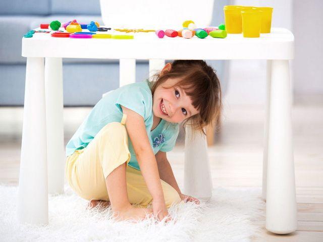 Porque los niños se esconden debajo de la mesa