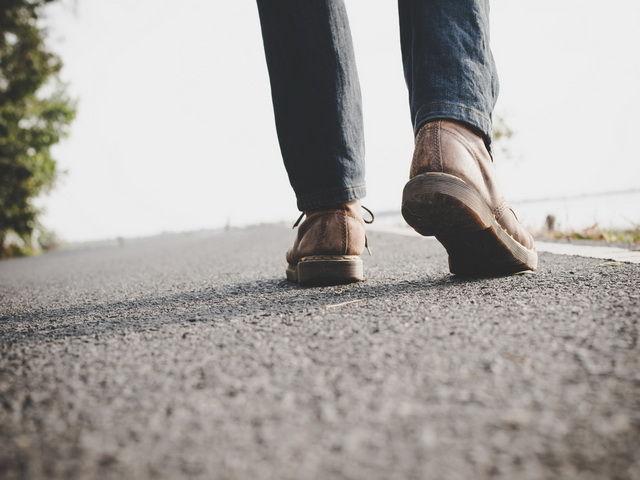 Porque una persona arrastra los pies al caminar