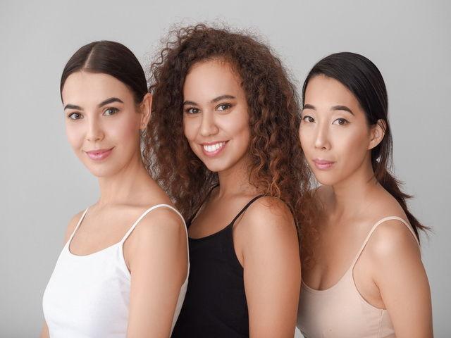 las personas tienen diferentes tipos de color de piel