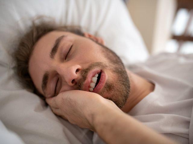 porque es malo dormir con la boca arriba