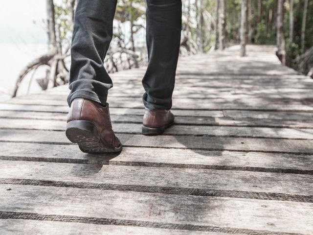 porque hay personas que arrastran los pies al caminar