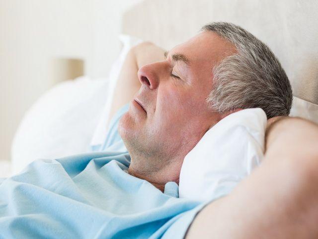 porque los adultos mayores duermen menos